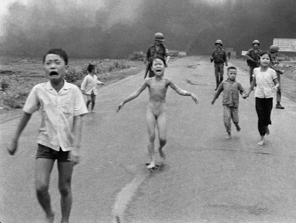 Kinder, darunter ein nacktes Mädchen , fliehen vor einer Napalmwolke. Vietnamkrieg, 1972