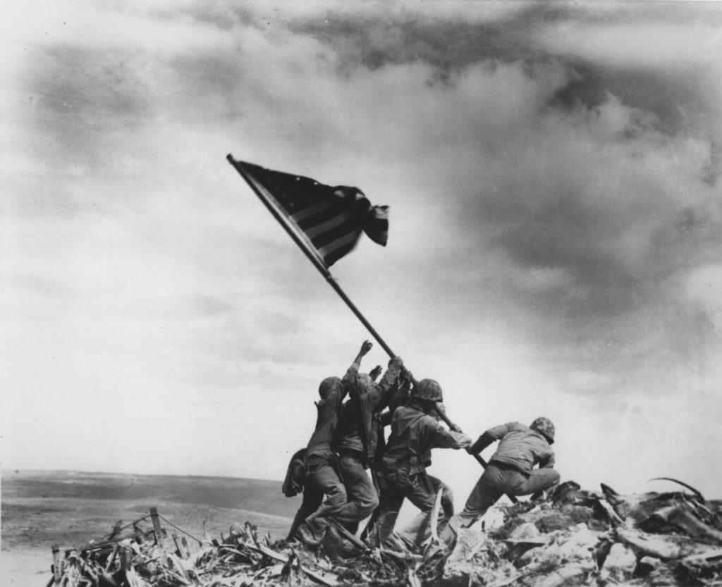 Amerikanische Marines stellen auf der japanischen Insel Iwo Jima die amerikanische Flagge auf.