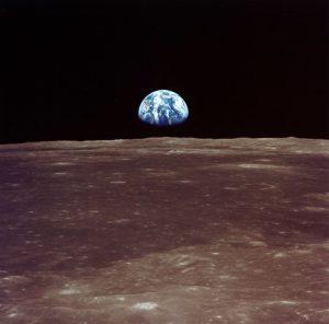 Der karge Fotografiert aus dem All: Der karge Mond ist im Vordergrund, im Hintergrund geht die bleu-weisse Erde auf.