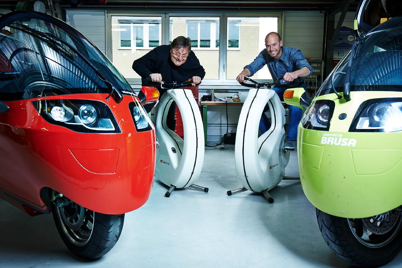 Roger Riedener und Tobias Wülser posieren neben ihren Fahrzeugen.