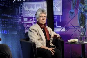 Die Ägyptologin Susanne Bickel auf einem Sessel sitzend, wendet sich redend an das Publikum (nicht zu sehen).
