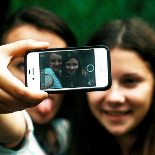 Darum sehen wir auf Selfies unvorteilhaft aus