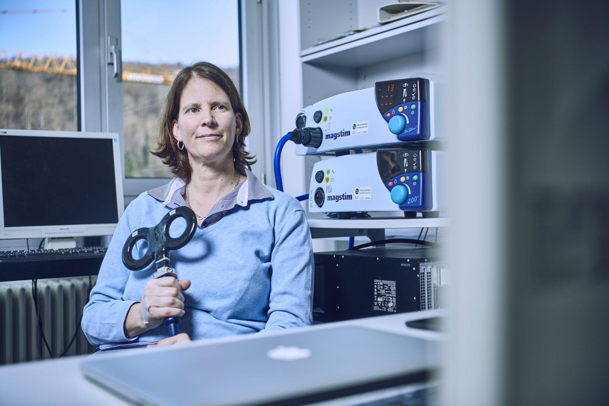 Nicole Wenderoth zeigt in ihrem Büro das Gerät, mit dem sie die Gehirnstimulation erzeugt.