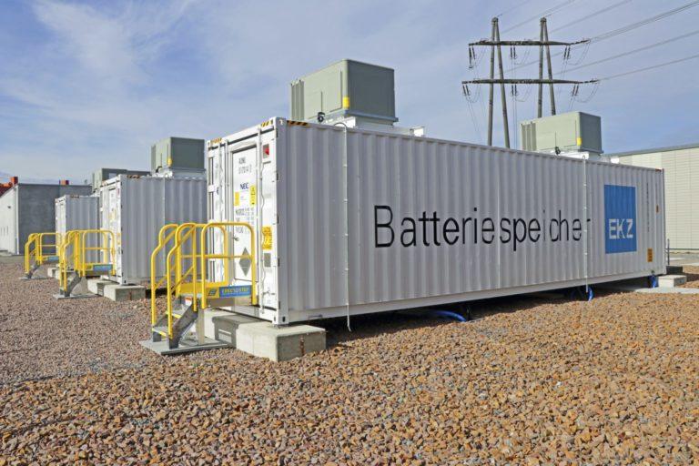Drei weisse Schiffscontainer der EKZ, darin (nicht sichtbar) die Batteriezellen.