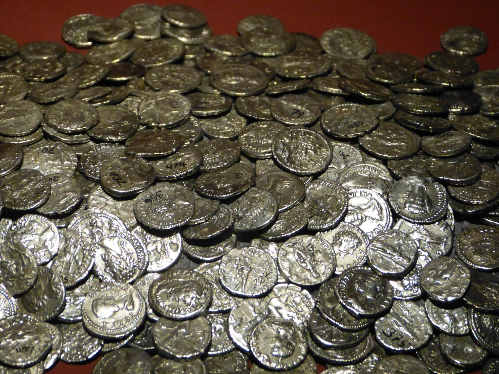 Ein Haufen antiker Münzen aus dem alten Rom.