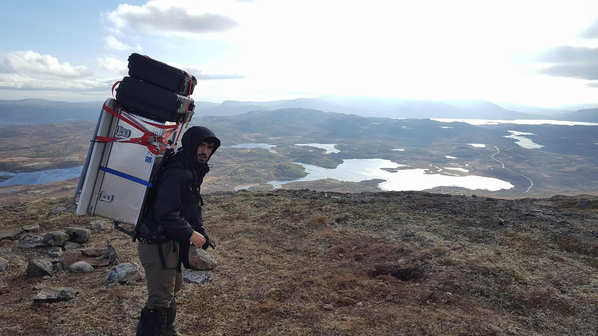Blick vom Berg Finsåhøgda hinab auf das Hessdalen-Tal: Der Student Kamyar Darbandi ist mit Bjørn Gitle Hauge, dem Mann hinter der Kamera, auf Forschungsexpedition.