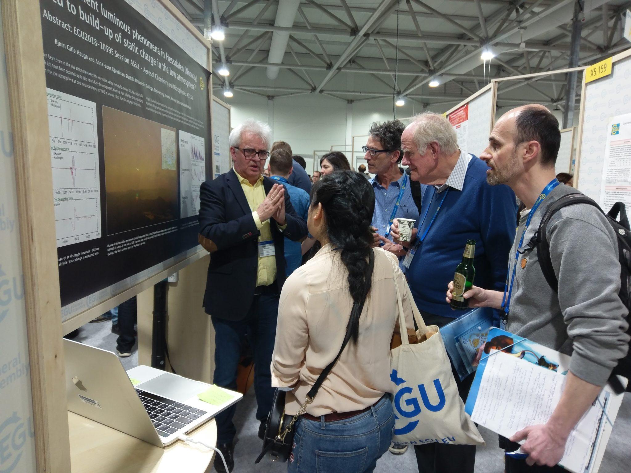 Bjørn Gitle Hauge stellt seine Forschungsergebnisse zum Hessdalen-Phänomen am Kongress der European Geosciences Union vor.
