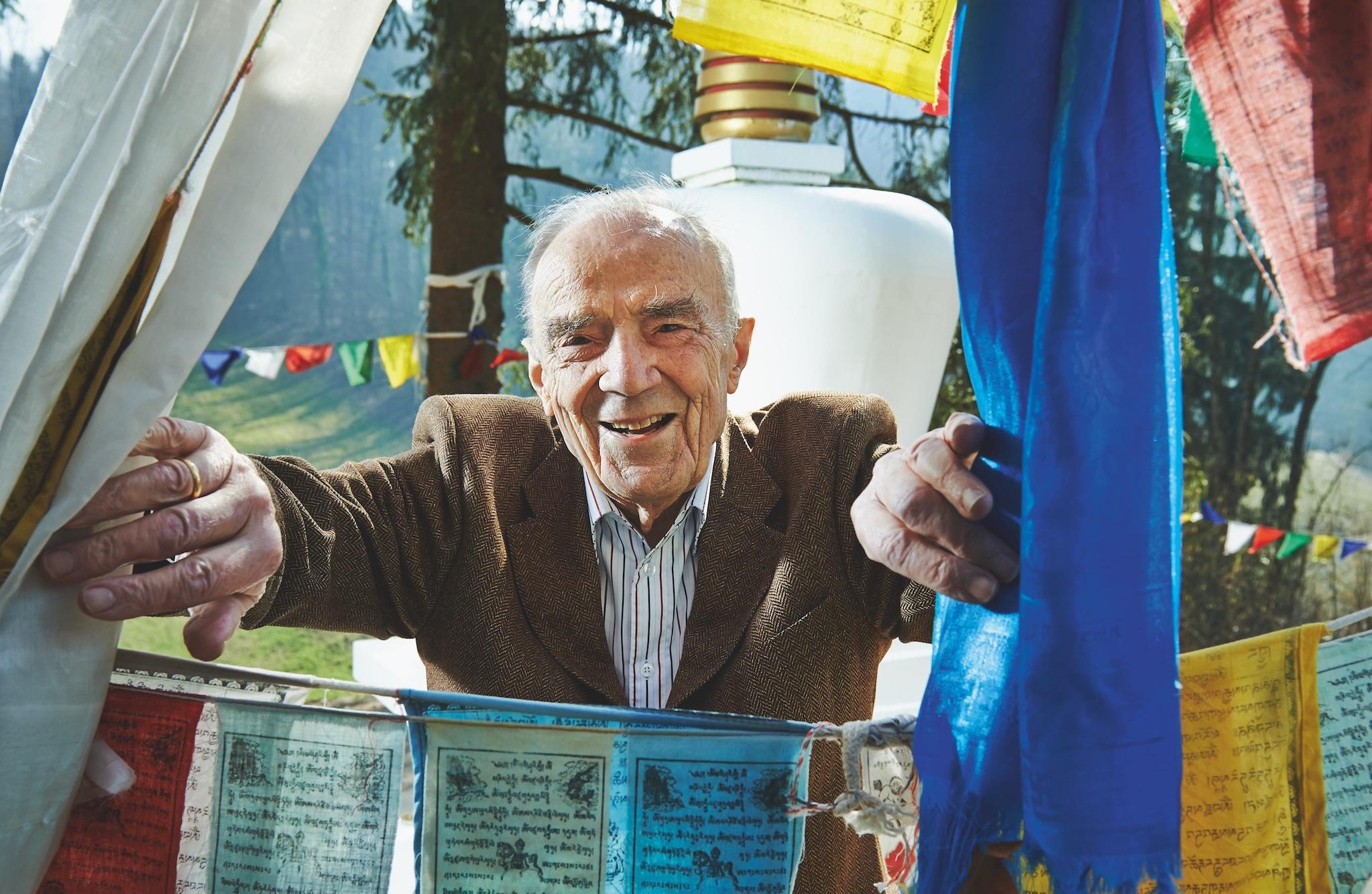 Jacques Kuhn zwischen Gebetsfahnen in dem von ihm gegründeten Tibet-Institut in Rikon.