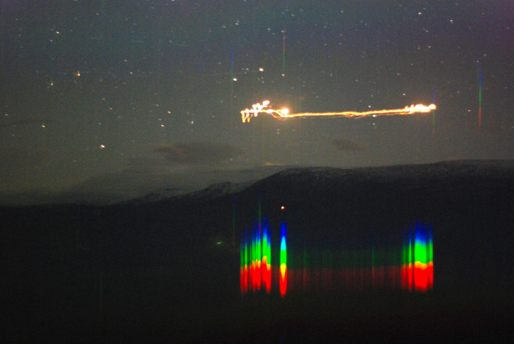 Geheimnisvolle Lichtbälle in einem Tal in Norwegen: Die Aufnahme von 2007 entstand mit einer Belichtungszeit von 30 Sekunden, sodass der Weg des Lichtes erkennbar ist.