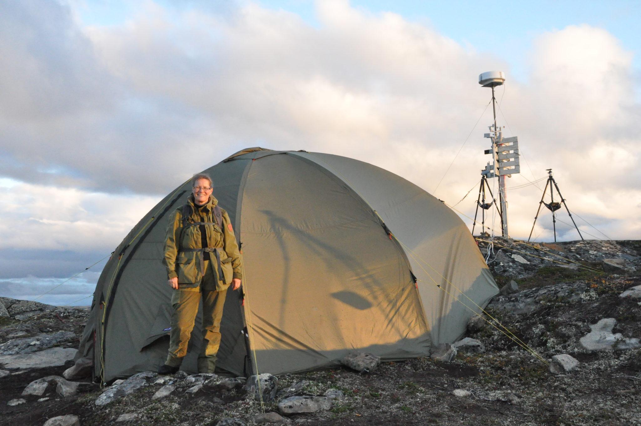 Hauges Kollegin, die Ingenieurin Anna-Lena Kjøniksen, im Base Camp der Forschungsexpedition. Im Hintergrund rechts sieht man die Messgeräte, Kamera und Radar.