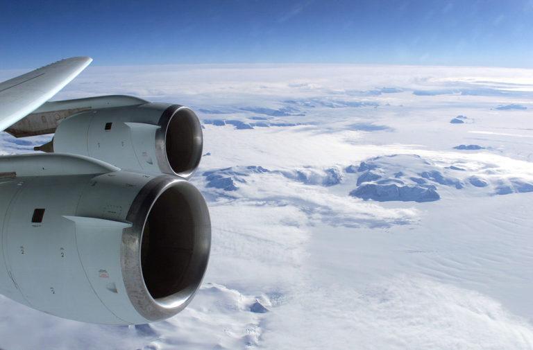 Flug über den kältesten Kontinent der Erde: Die Antarktis.