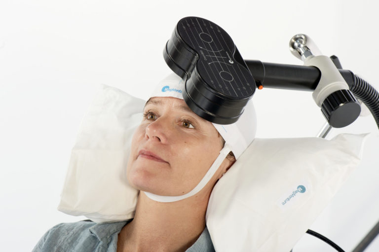 Eine Patientin unterzieht sich einer Behandlung mit magnetischen Impulsen, die ihr Gehirn stimulieren.