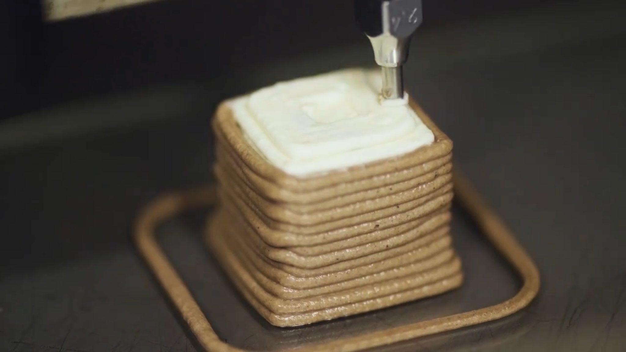 Ein Turm aus Schokolade mit einem Dach aus Frischkäse aus dem 3D-Drucker.