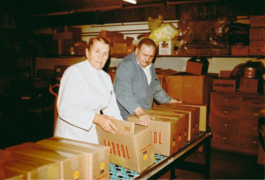 Maria und Walter Düring in der Durgol-Produktion in der Garage ihres Hauses in Zürich (ca. 1972).