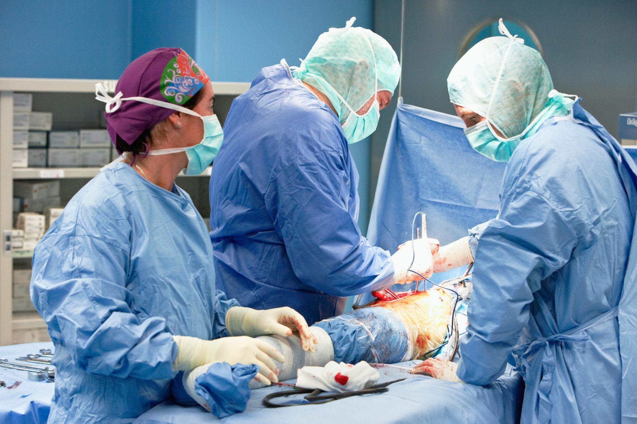Operationen sind teuer und deshalb für viele Ärzte besonders lukrativ. Im Bild der Ersatz eines Hüftgelenks.