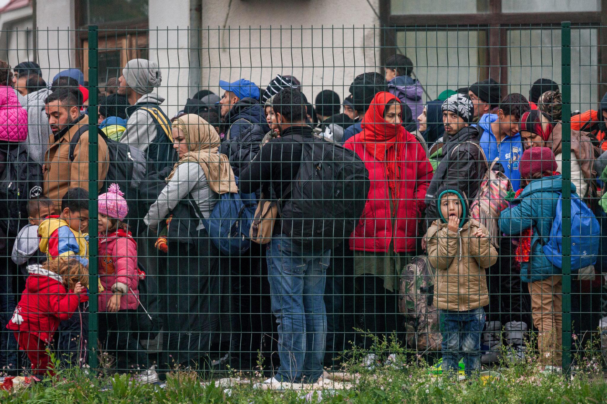 Flüchtlinge warten auf den Bus in ein Flüchtlings-Camp in Dobova, Slowenien.