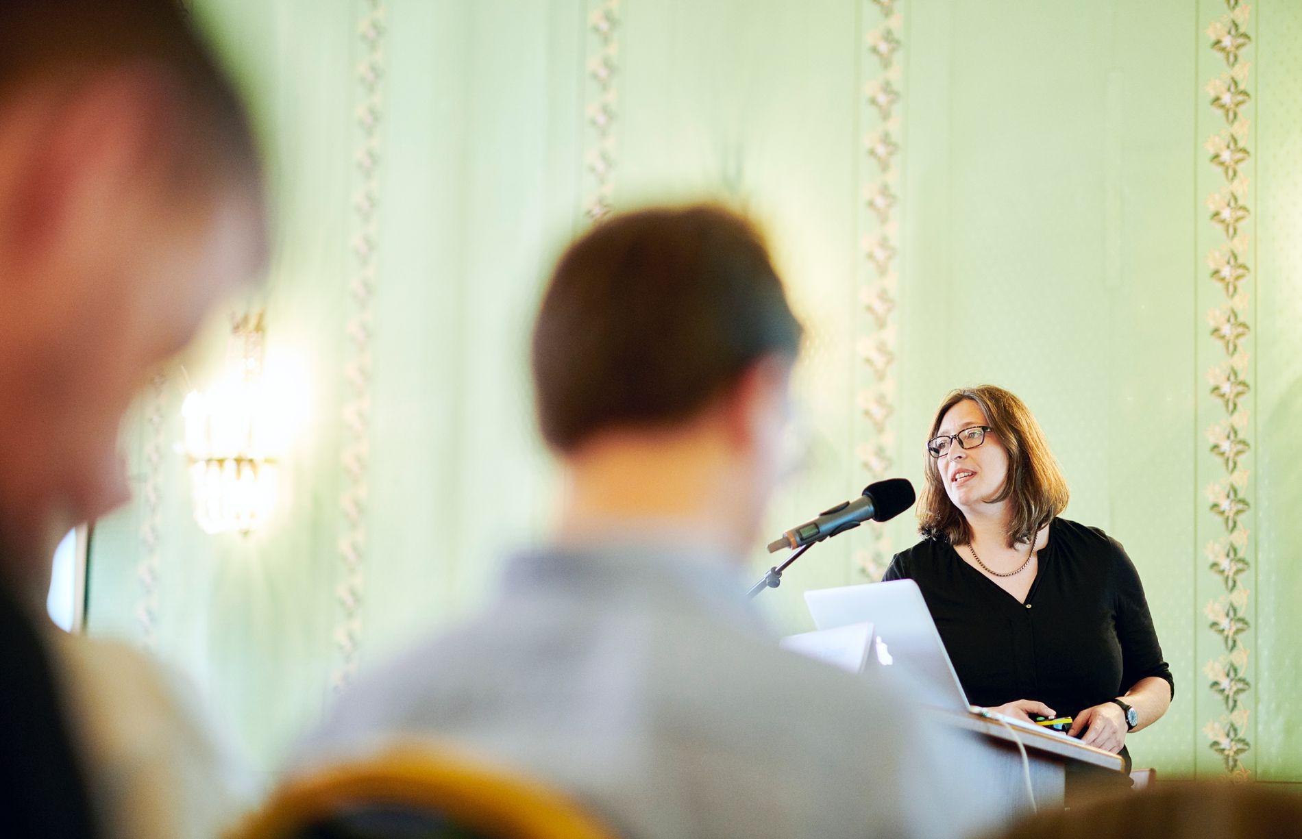 Unsere leitende Redaktorin Santina Russo präsentiert higgs bei der SCNAT-Konferenz zum Thema «Die Wissenschaft braucht guten Journalismus!».