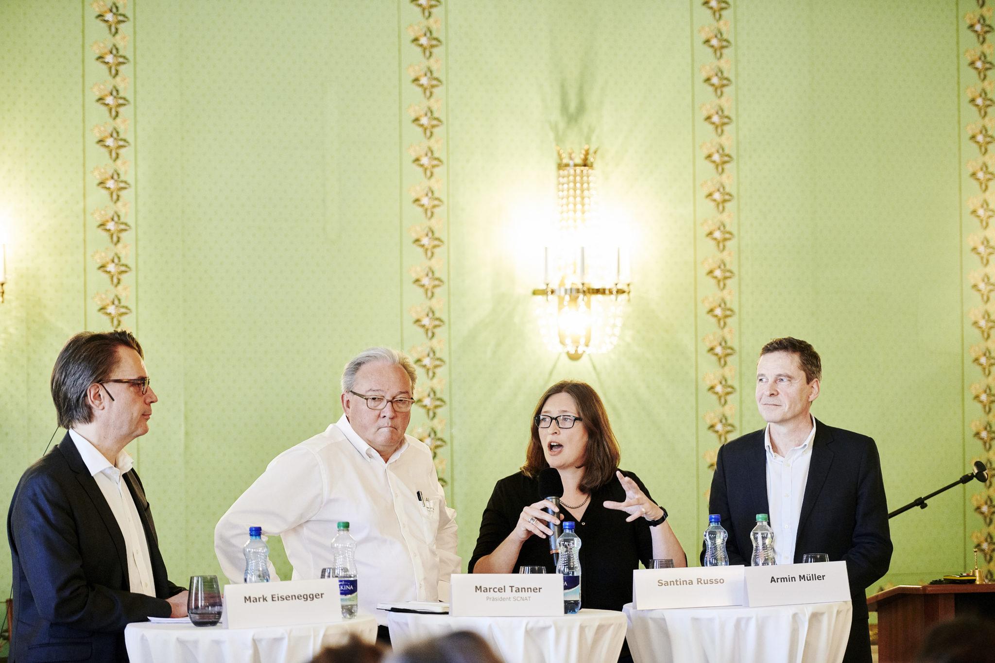 Wie agieren im Medienwandel? Santina Russo diskutiert mit Mark Eisenegger (l.), Tamedia-Chefredaktionsmitglied Armin Müller (r.) und SCNAT-Präsident Marcel Tanner.