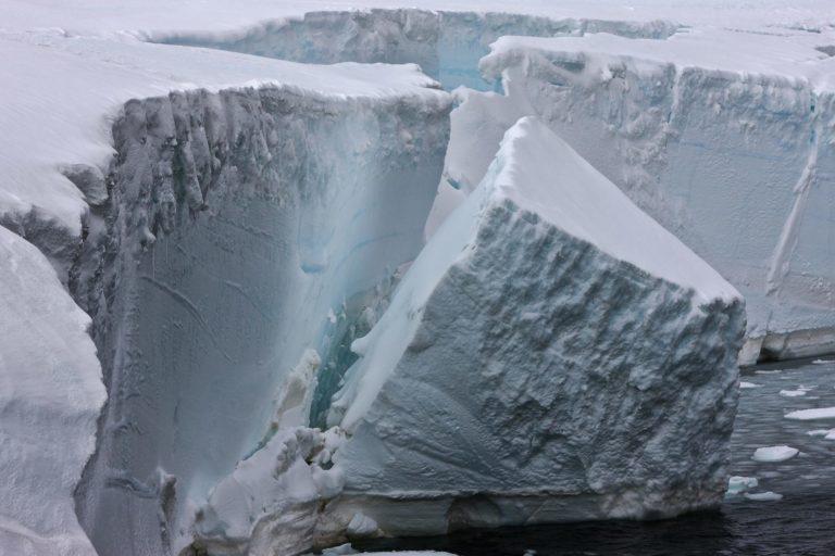 An der antarktischen Küste zerbricht Schelfeis. Und mit ihm der Schutzschild für die Gletscher im Landesinneren.