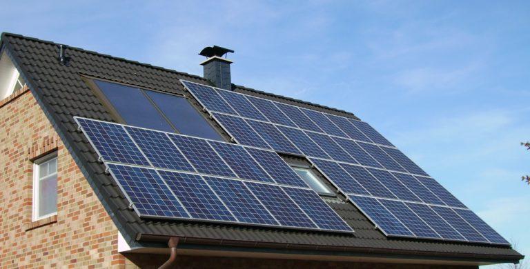 Solarpanels auf dem Dach.