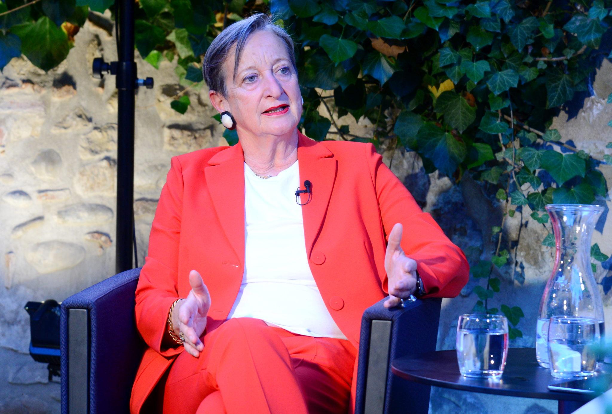 Brida von Castelberg im Gespräch auf der Bühne von «Wissenschaft persönlich».