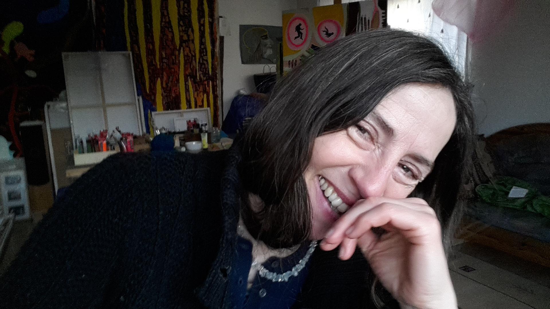 Molly Holst in ihrem Malzimmer, wo sie ihre synästhetischen Eindrücke in Zeichnungen verwandelt.