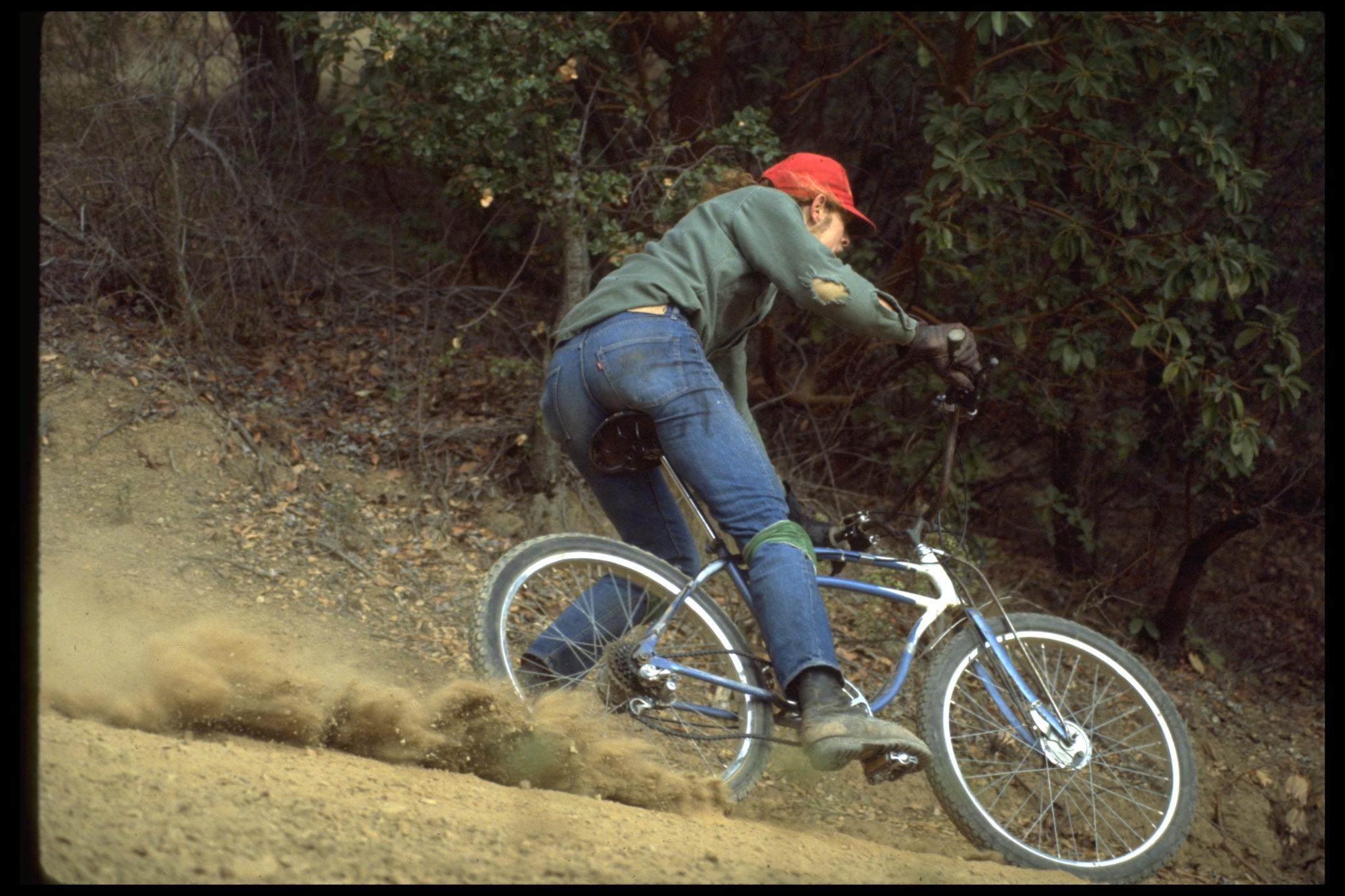 Der Velo-Pionier Charlie Kelly rast 1977 auf einem der ersten Mountain-Bikes den kalifornischen Berg Mount Tamalpais hinunter. Hier wurde auch das weltweit erste Downhill-Rennen veranstaltet.