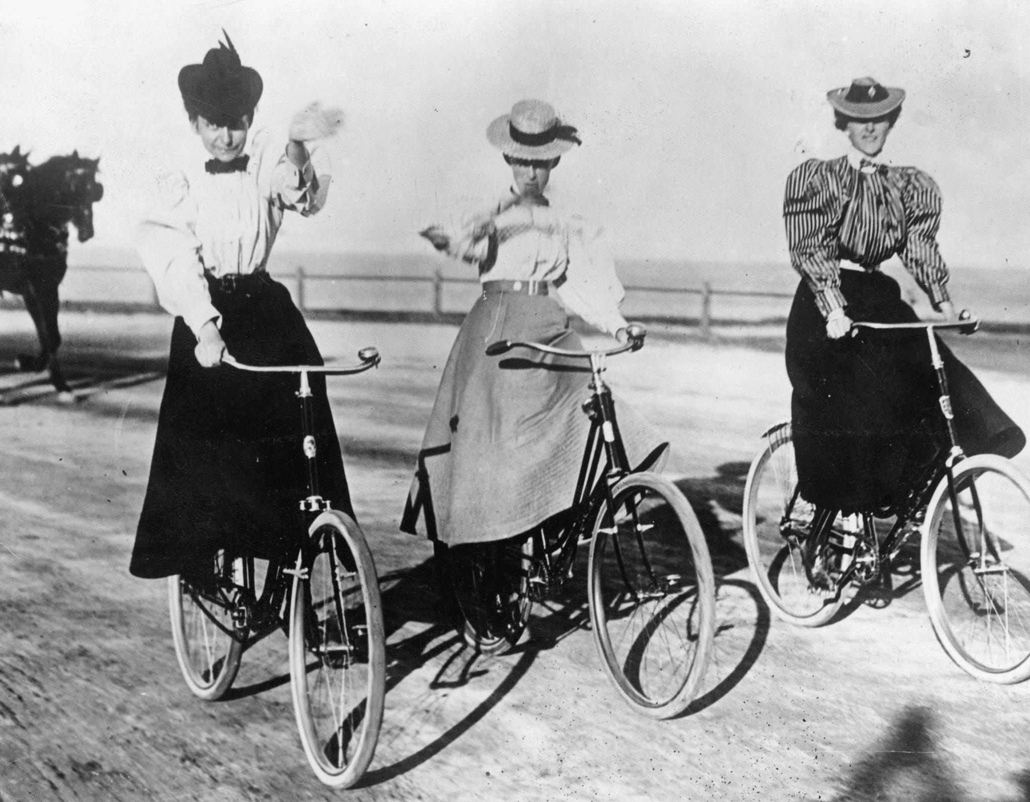 Freiheitsgefühle auf dem Fahrrad: Das Gefährt verschaffte den Frauen eine neue Unabhängigkeit. Im Bild drei Radfahrerinnen um 1905.
