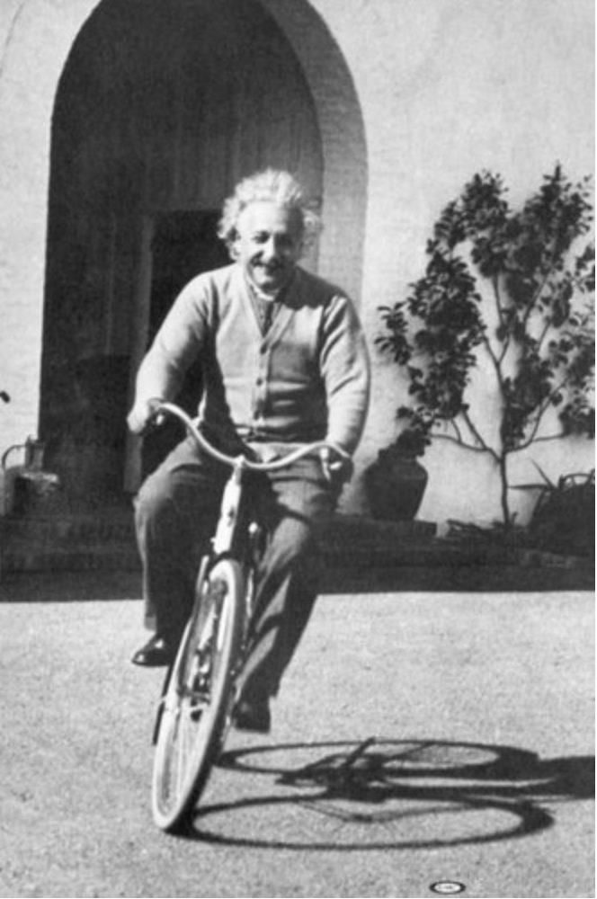 Albert Einstein sichtlich vergnügt auf seinem Velo.