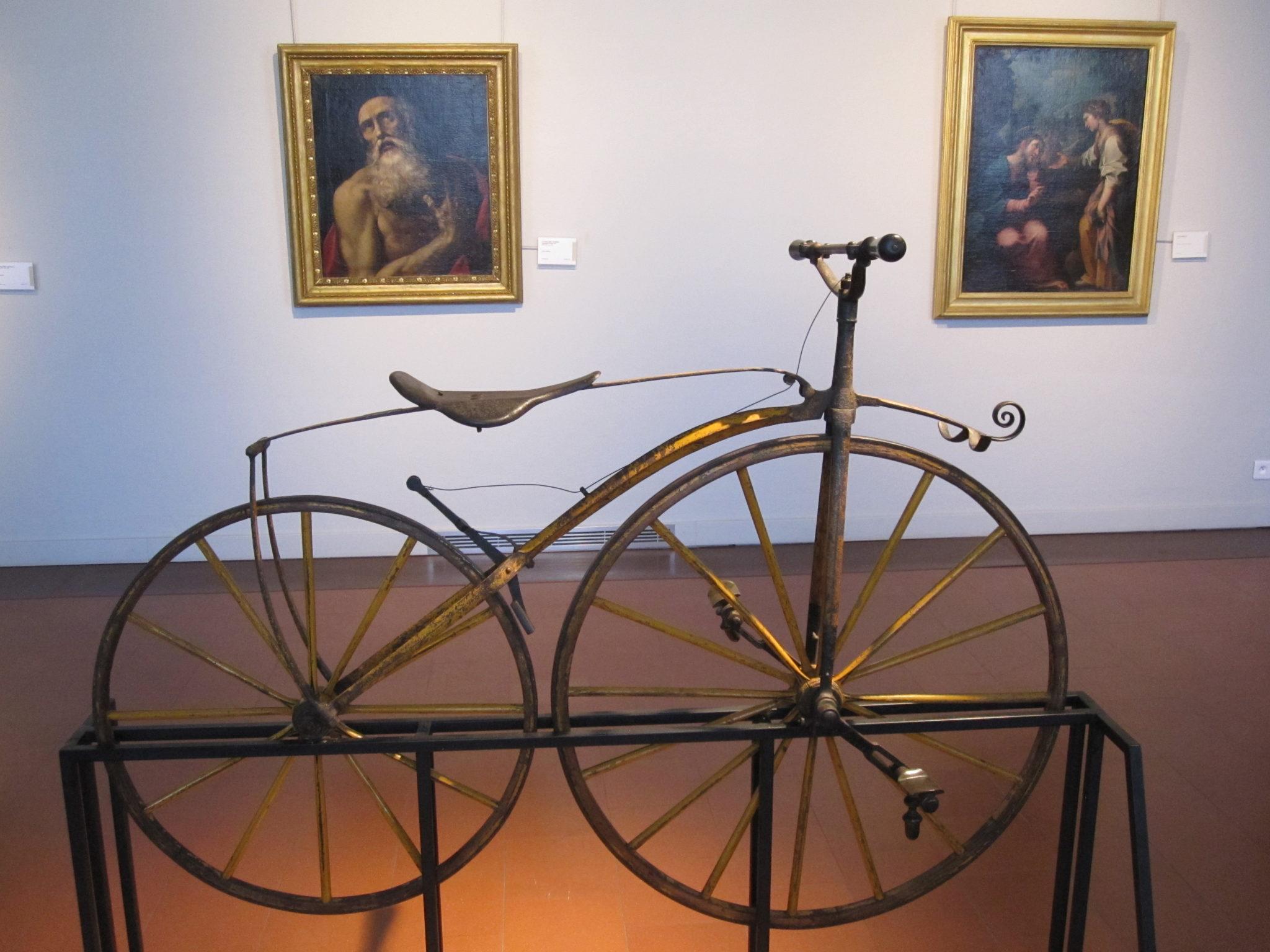 Dieses besonders prächtige Fahrrad aus der 2. Hälfte des 19. Jahrhunderts gehörte dem Sohn von Kaiser Napoleon III, Prinz Napoléon Eugène. Heute ist es im Museo Napoleonico im Rom zu bewundern.