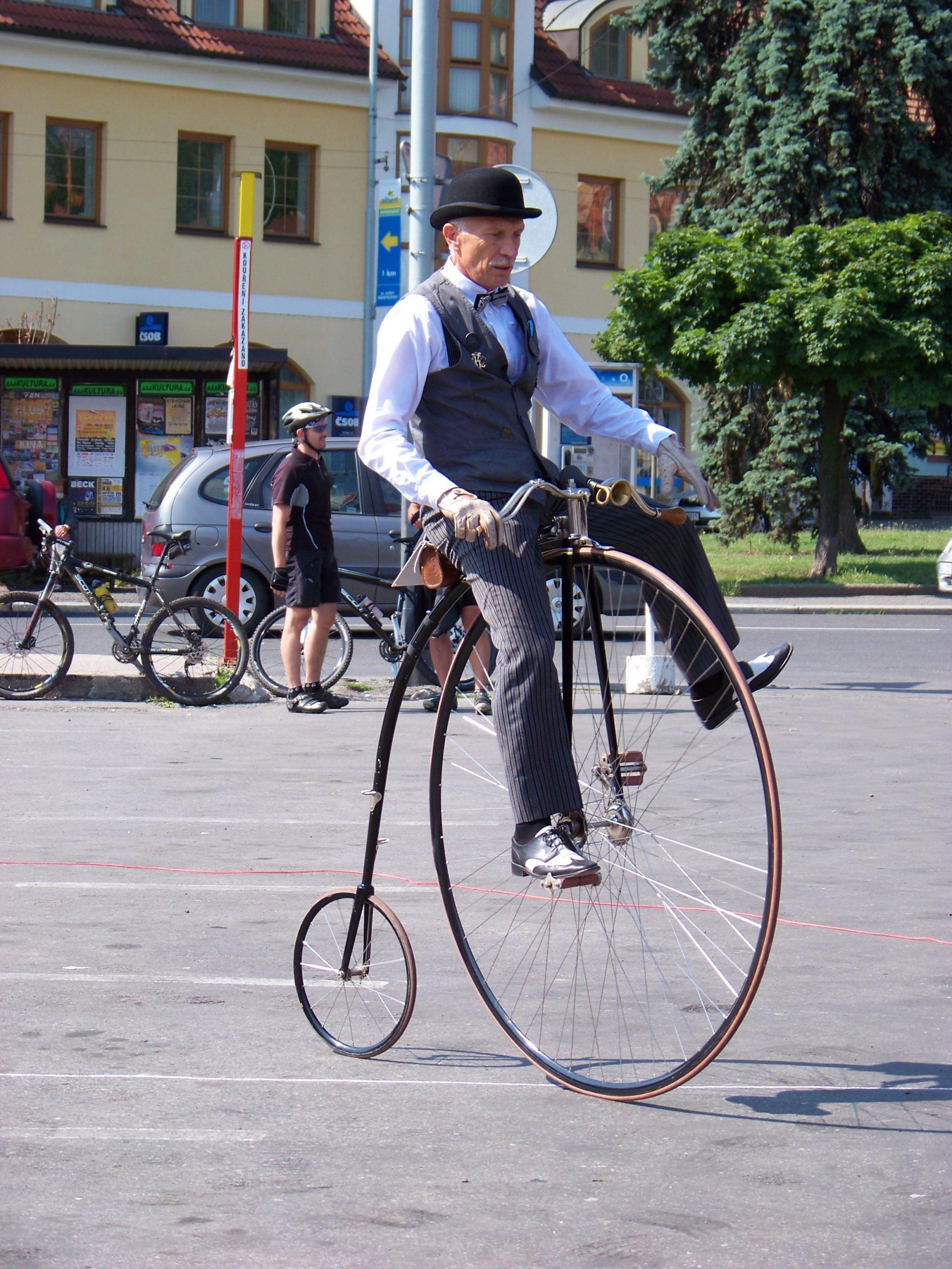 Wacklige Angelegenheit: Vom Hochrad fällt man weit hinunter. Etwa 200'000 solche Zweiräder wurden zwischen 1870 bis 1892 hergestellt.