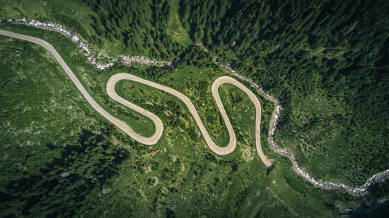 Eine eisige Bergstrasse mit Serpentinen.