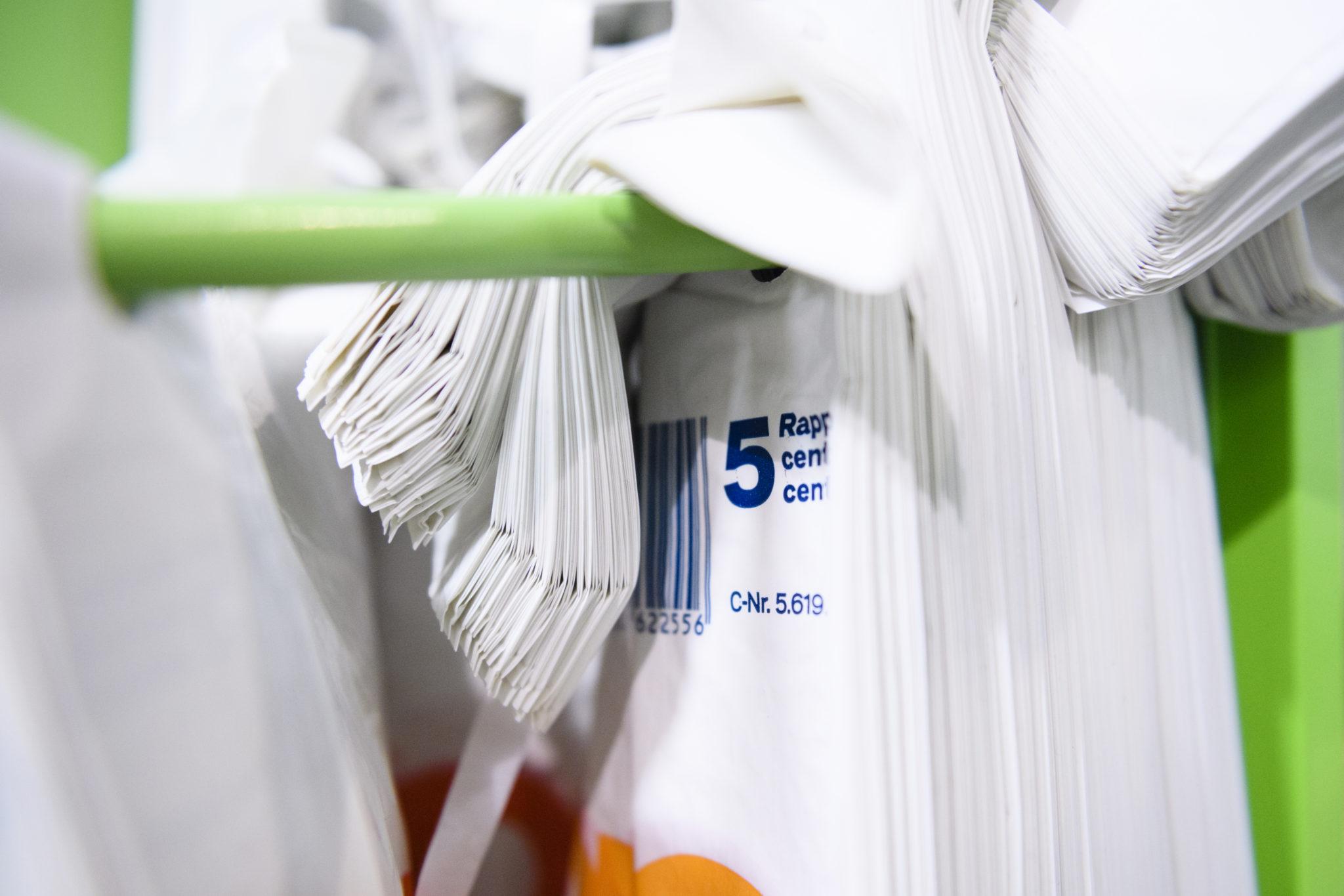 Ein Plastiksäcklein von Coop, welches ab heute in zehn Coop-Filialen im Rahmen einer Testphase fuer 5 Rappen verkauft wird, fotografiert am Montag, 24. Oktober 2016, im Coop Wiedikon in Zuerich. Bis im Fruehjahr 2017 soll es die kostenpflichtigen Saecke landesweit geben. Coop will zudem Saeckchen aus Recyclingmaterial verwenden, das weitgehend aus Folienabfaellen der Verteilzentralen stammt.