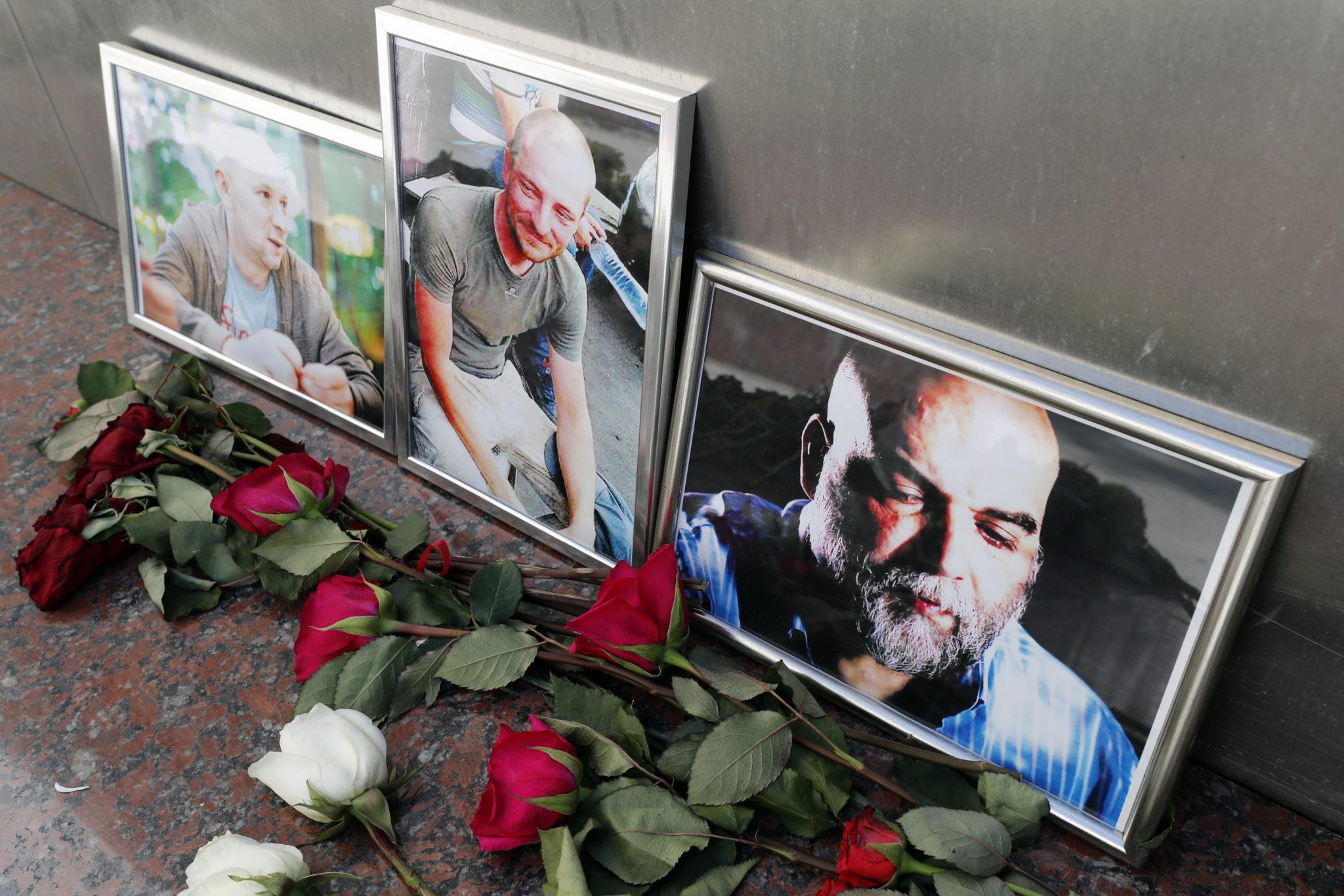 Fotos der drei kürzlich getöteten Journalisten in Moskau. V.l.n.r.: Alexander Rastogujew, Kirill Radtschenko, Orchan Dschemal. Sie waren an einer Recherche über die russische Söldnertruppe Wagner.