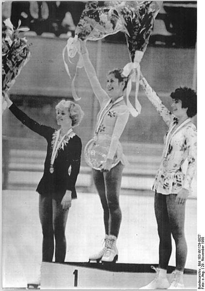 Beim Internationalen Kürwettkampf 1980 in Sapporo, Japan gewann Denise Biellmann (M) gegen Katarina Witt (DDR, r.) und Melissa Thomas (USA).