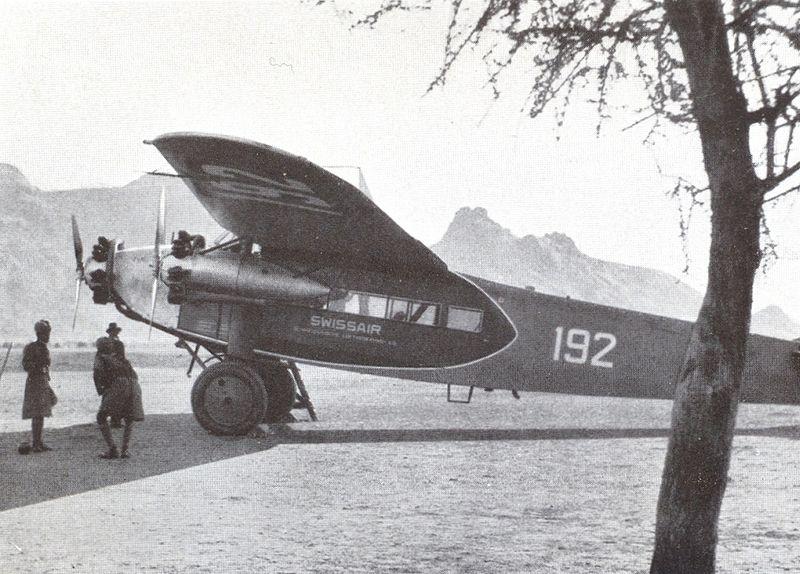 """Eine Fokker """"F.VIIb-3 m"""" der Swissair, geflogen von Mittelholzer in Kassala (Sudan), im Februar 1934."""