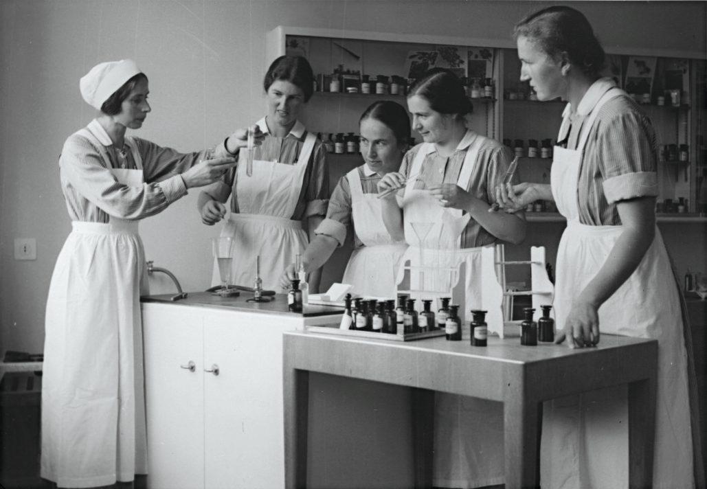 Während fast 100 Jahren wurden an der Pflegerinnenschule Zürich Pflegefachkräfte ausgebildet. Bild aus dem Jahr 1925.
