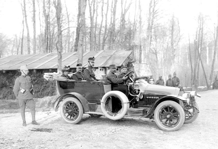 Else Spiller auf Inspektionsfahrt an der Grenze bei Prés du Largin mit dem Fürsorgechef der Armee Oberst Markus Feldmann, ca. 1914–1918.