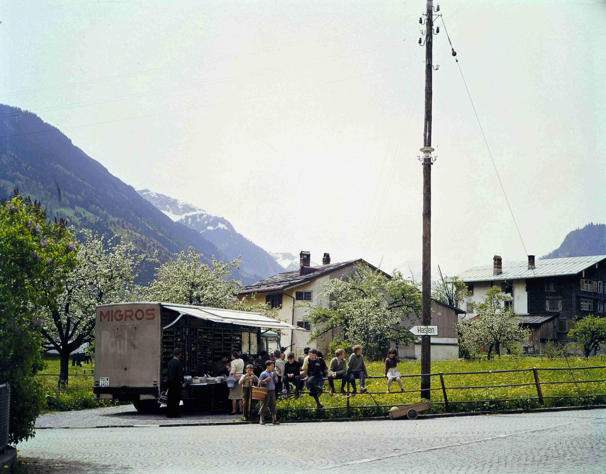 Verkaufswagentour auf dem Lande (in Glarus, um 1960).