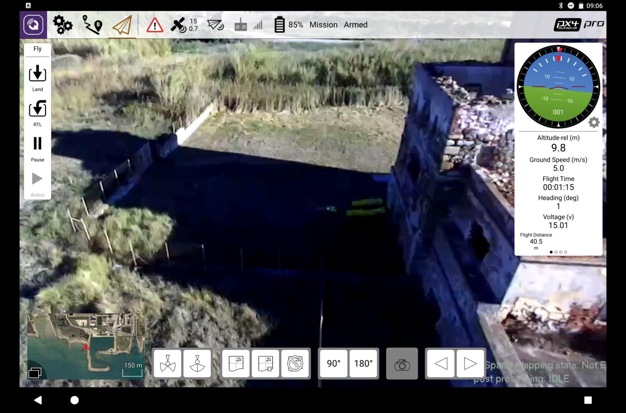 Live-Bild von der Kamera: Über das eingeblendete Interface können der Drohne konkrete Aufgaben zugewiesen werden. Der Pilot muss dabei lediglich seine Informationsbedürfnisse definieren, zum Beispiel «Suche ein Gebiet nach Personen ab». Das System übernimmt die Steuerung der Drohne und kommuniziert mit anderen Drohnen im gleichen Gebiet.