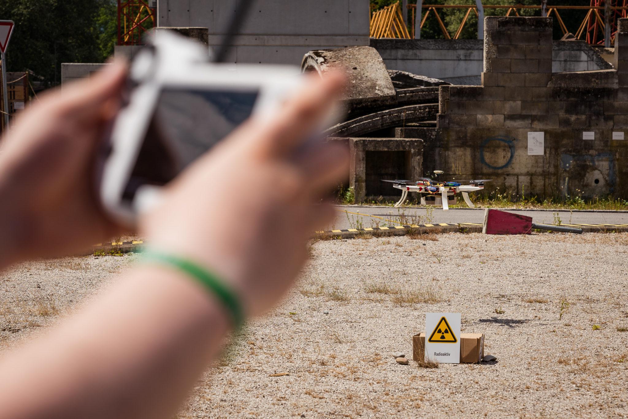 In Wangen an der Aare demonstriert das HSR-Team ein Setup, in dem eine Drohne in einem definierten Suchgebiet selbstständig nach Strahlungsquellen sucht.