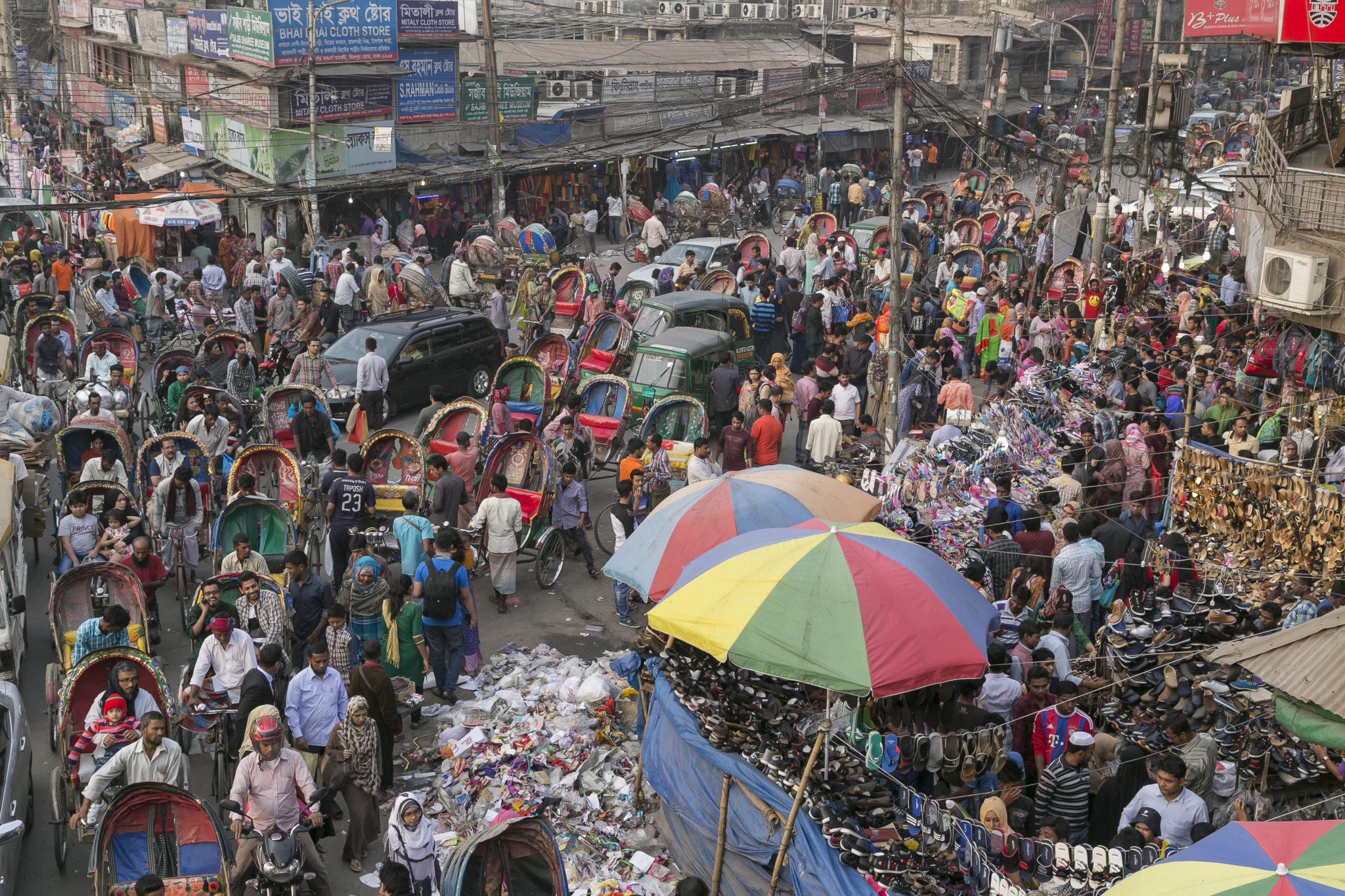 Harziges Durchkommen im Zentrum von Dhaka, der Hauptstadt von Bangladesch. Keine andere Metropole wächst schneller: 1980 hatte Dhaka rund drei Millionen Einwohner, heute sind es über 18 Millionen.