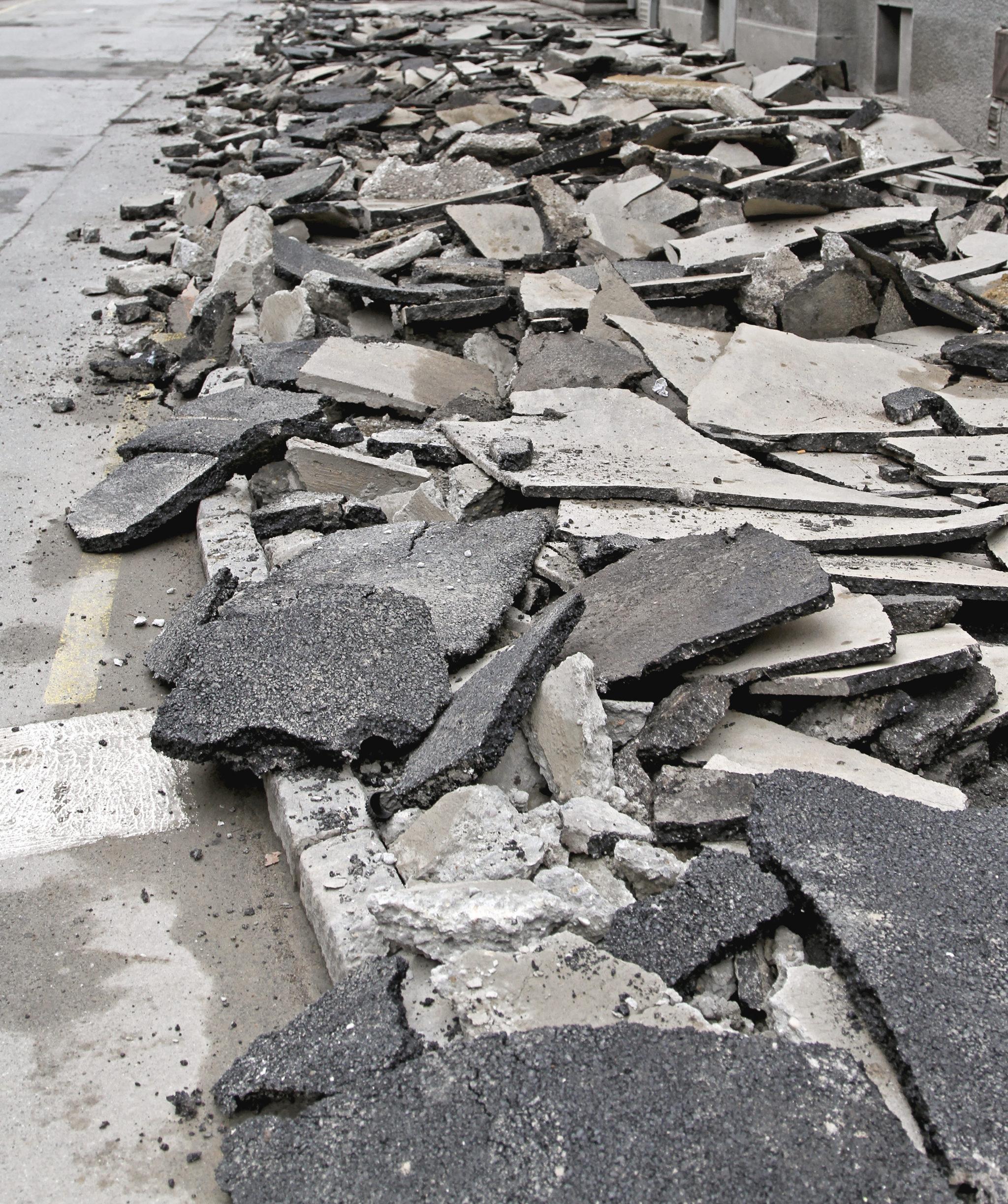 Schollen aus altem Asphalt: Das Bruchmaterial dient als Rohstoff für neuen Strassenbelag.