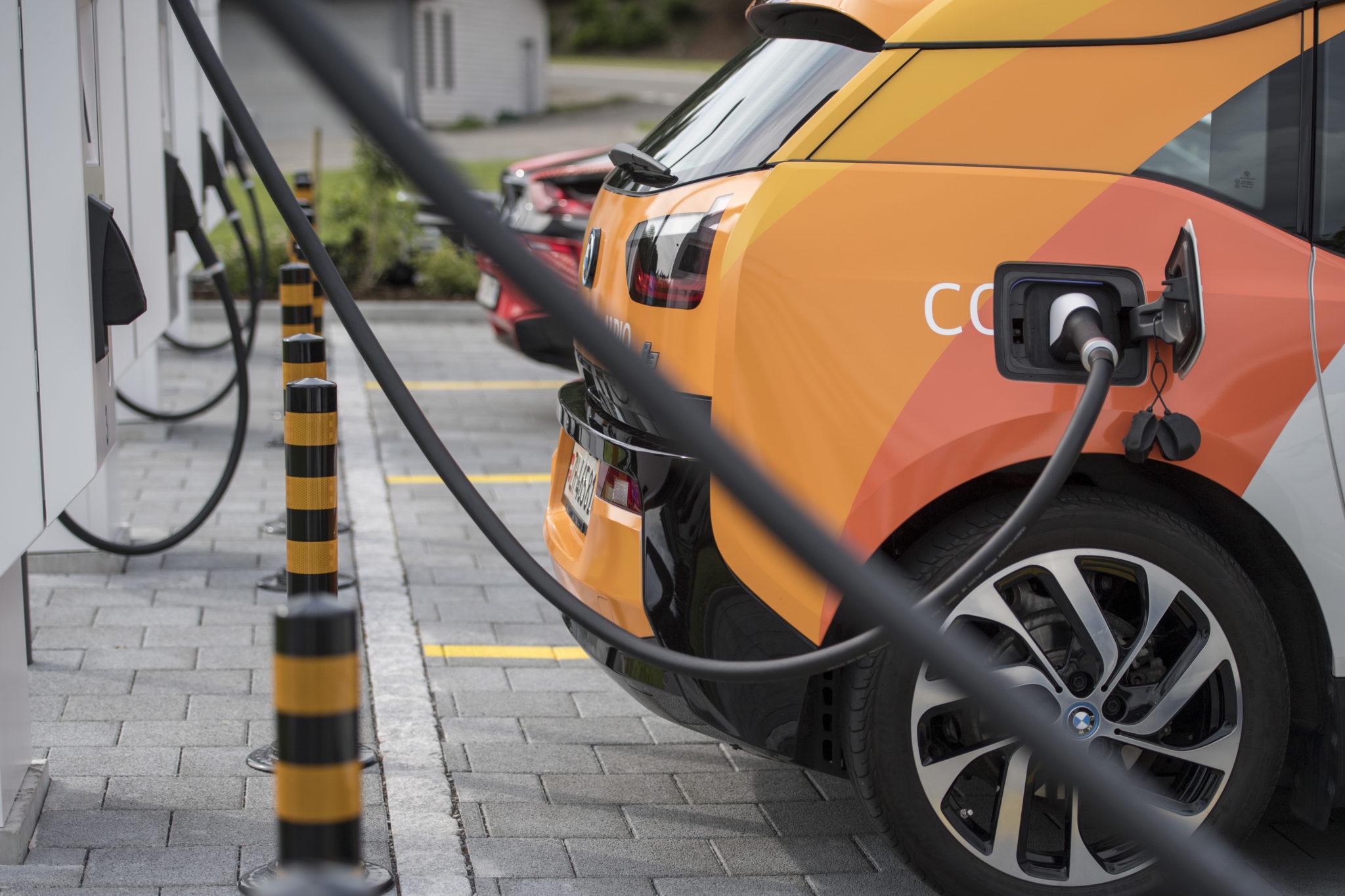 Mit sauberem Strom fahren Elektroautos fast zum CO2-Nulltarif. Im Bild die erste High-Power-Ladestation der Schweiz an der A2-Autobahnraststätte Neuenkirch. Dort lassen sich E-Autos sehr schnell laden – je nach Modell innert Minuten.