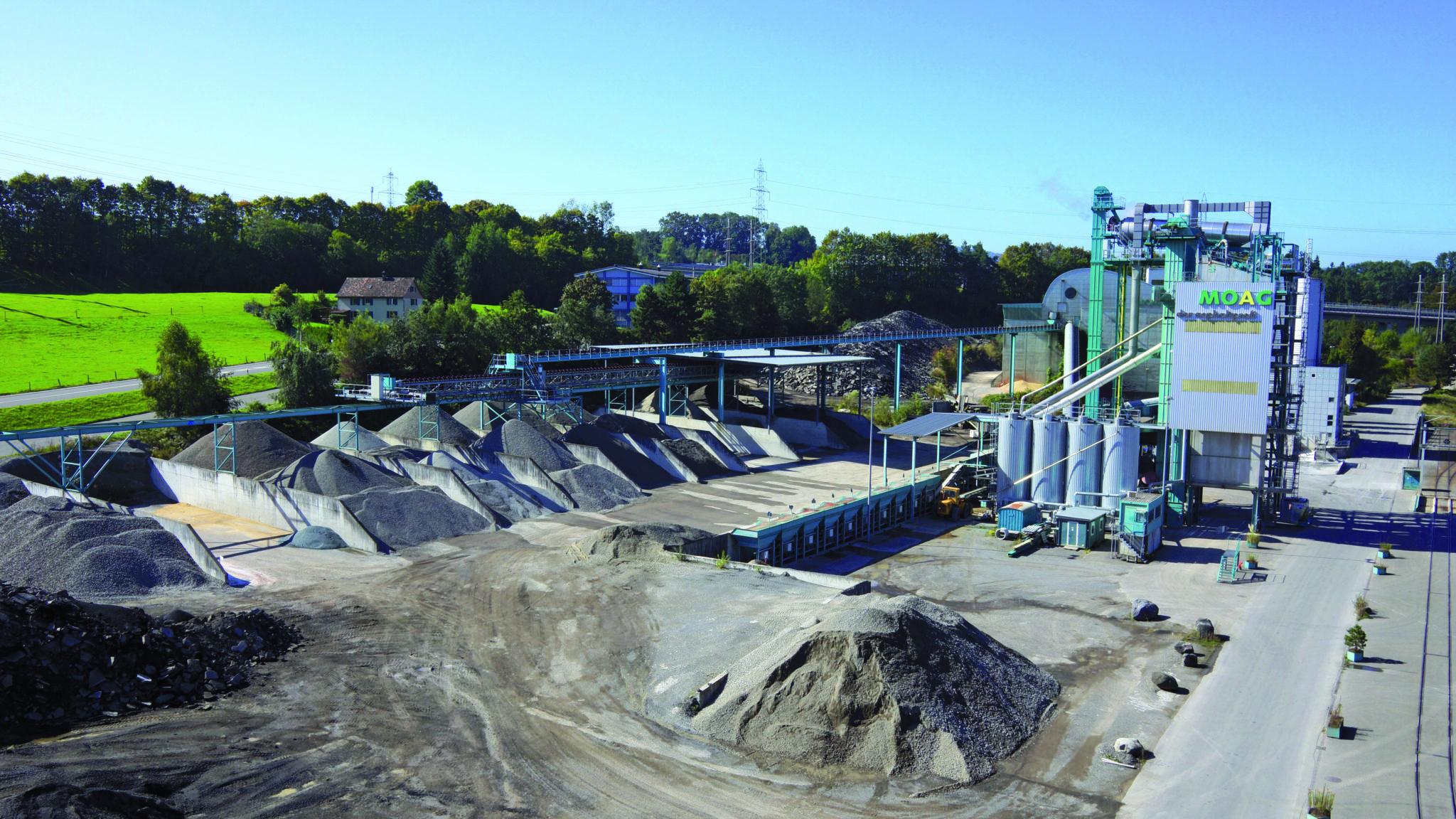 Für die Asphaltproduktion sind riesige Rohstoffmengen nötig. Die Firma MOAG setzt deshalb auch auf Rohstoffe aus recycelten Strassen.