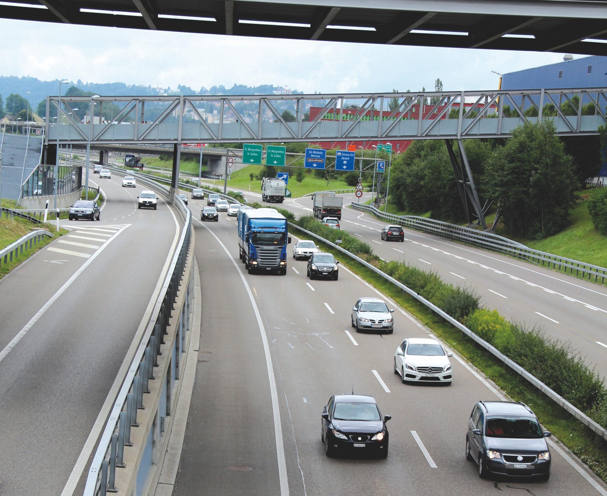 Für die Umweltbilanz des Verkehrs ist auch entscheidend, aus welchem Material der Asphalt unter den Fahrzeugen besteht.