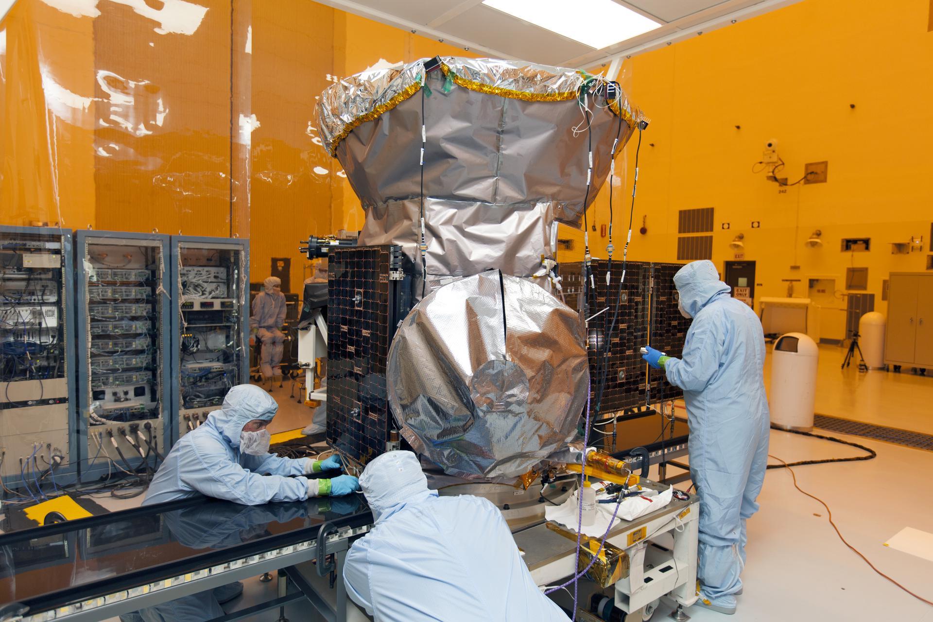 Das Weltraumteleskop Tess erhält im Reinlabor der Nasa gerade seine Flügel aus Solarpanels. Das Foto stammt vom Februar 2018.