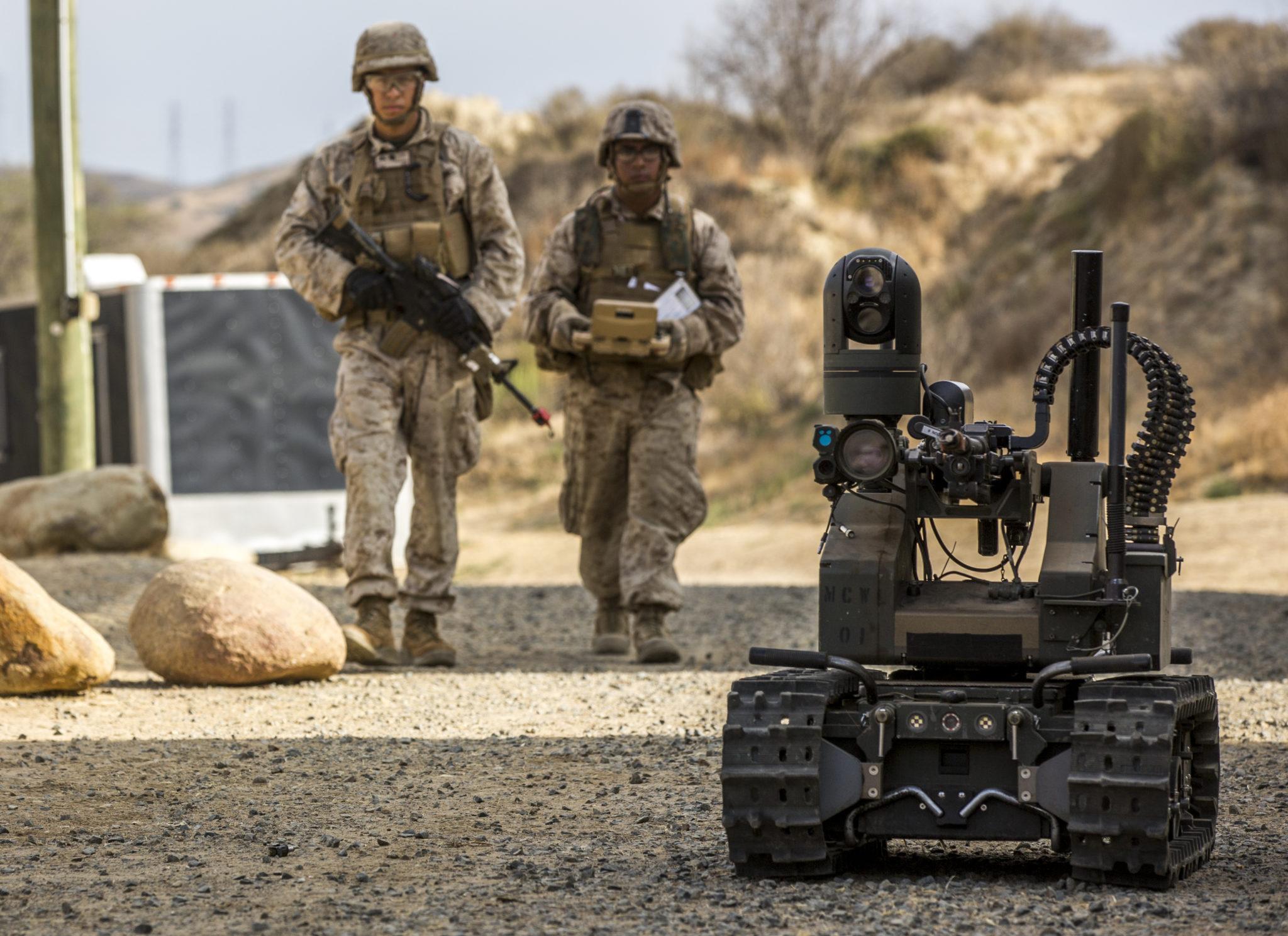 US-Marines auf Patrouille mit dem Maars-Roboter. Hier zu Testzwecken im Militärstützpunkt Pendelton in Kalifornien.