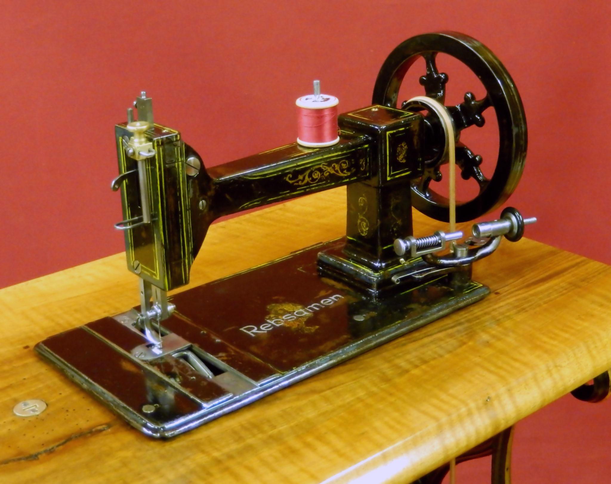 Die älteste Nähmaschine aus Schweizer Produktion. Hergestellt im Jahr 1864, jetzt restauriert im Museum.