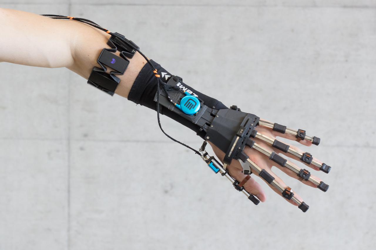 Mechanischer Trainingsassistent: Solche Hand-Exoskelette helfen bei der Bewegung und kontrollieren, ob Patienten Übungen richtig machen.